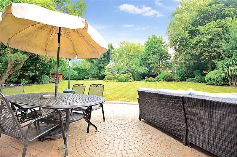 5 Bedrooms Detached House for sale in Parkland Close, Chigwell, Essex