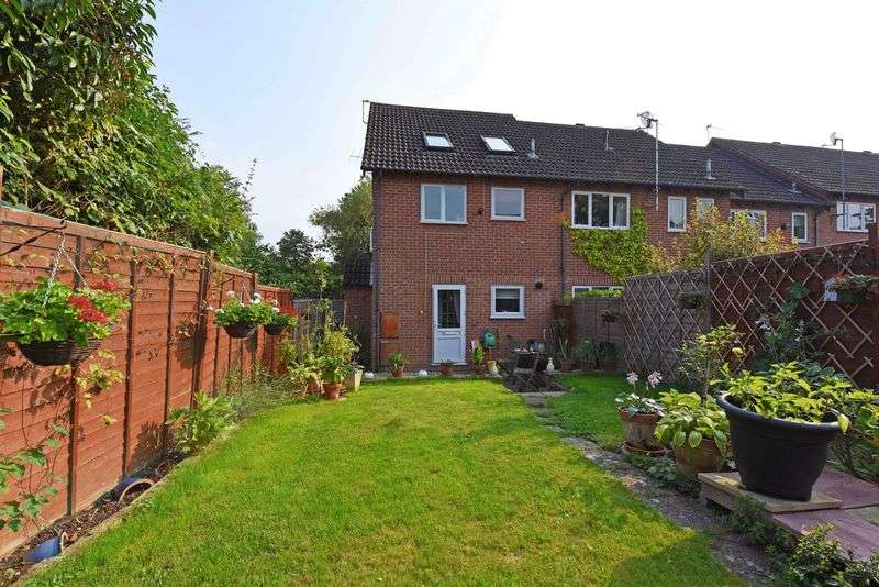 2 Bedrooms Terraced House for sale in Sarisbury Close, Tadley