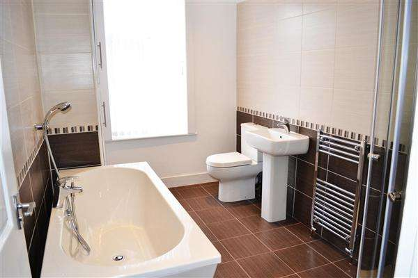 2 Bedrooms Terraced House for sale in Oak Street, Leigh