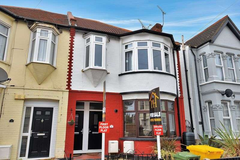 2 Bedrooms Flat for sale in Claremont Road, Westcliff-On-Sea