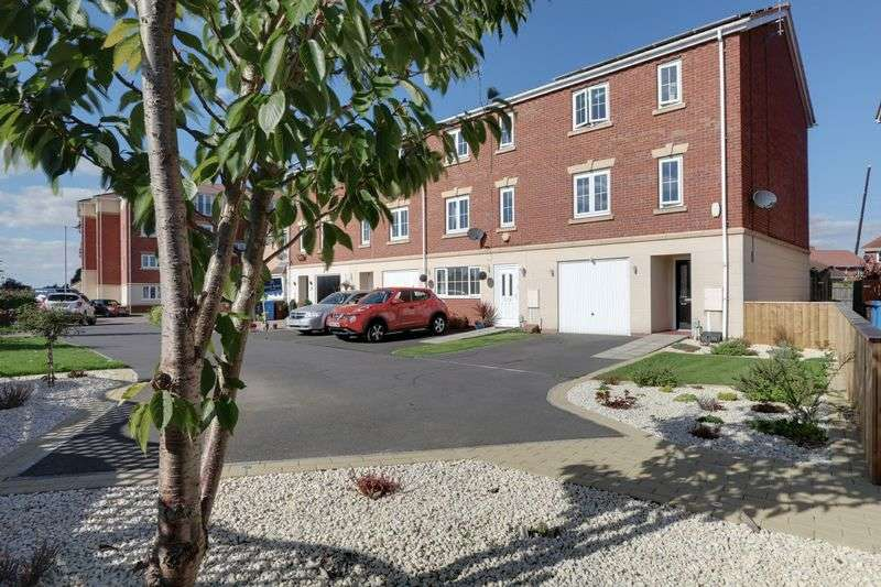 4 Bedrooms Terraced House for sale in Dovestone Way, Kingswood