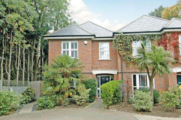 3 Bedrooms House for sale in Churchfield Place, Shepperton, Surrey, TW17