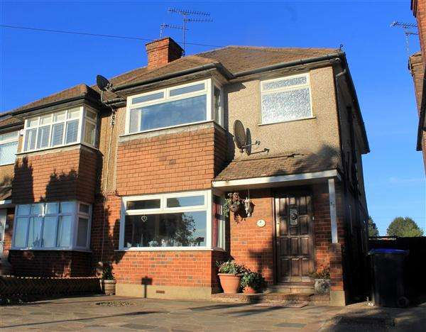 3 Bedrooms Semi Detached House for sale in Oxford Gardens, Denham