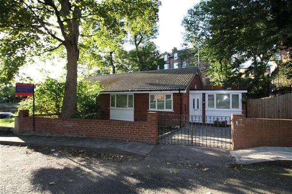 3 Bedrooms Bungalow for sale in Priory Place, Priory Grove, Salford