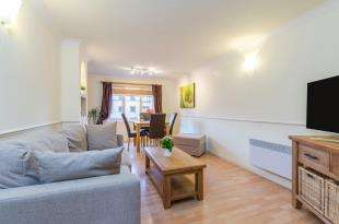 2 Bedrooms Flat for sale in Davies Close, Croydon