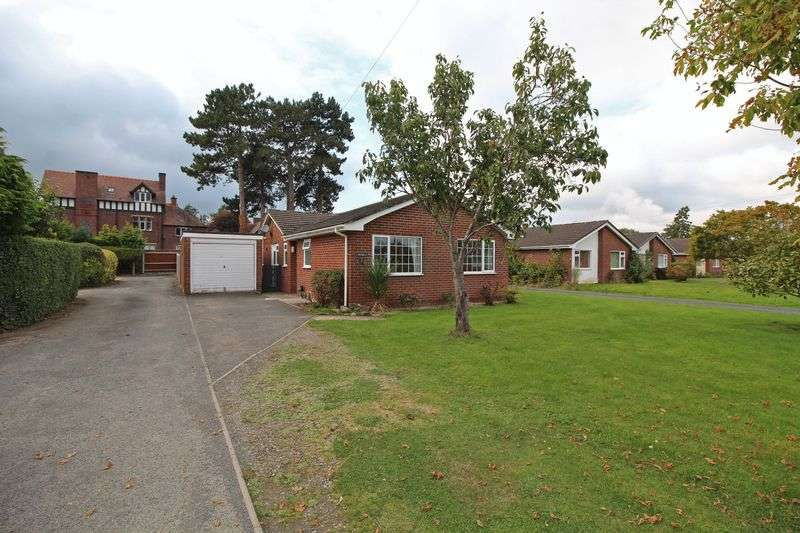 3 Bedrooms Detached Bungalow for sale in Ceiriog Close, Chirk