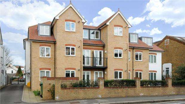 2 Bedrooms Apartment Flat for sale in Hooper Court, Gresham Road, Staines-upon-Thames