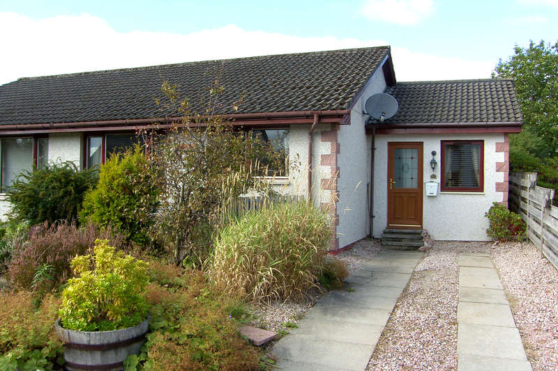 3 Bedrooms Semi Detached Bungalow for sale in Hillside Avenue, Kingussie, PH21 1PH