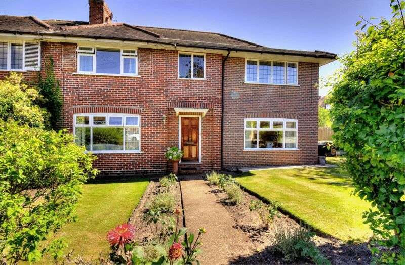 5 Bedrooms Semi Detached House for sale in Robin Hood Lane, London