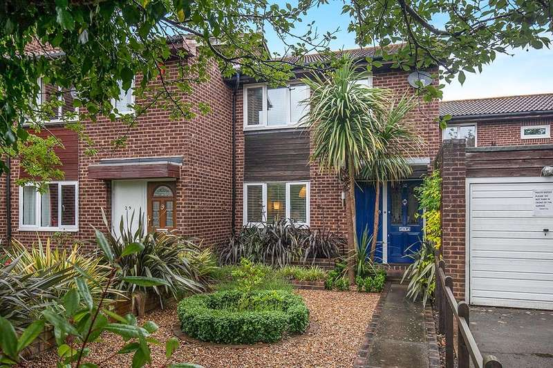 3 Bedrooms Property for sale in Briar Close, Hampton, TW12