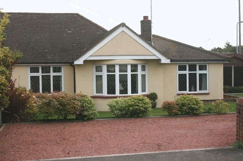 3 Bedrooms Semi Detached Bungalow for sale in Cornhill Avenue, Hockley