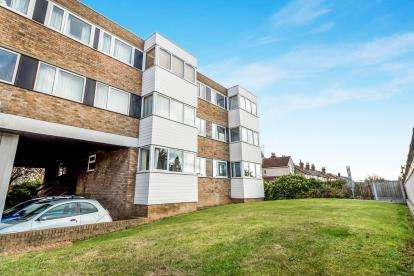 2 Bedrooms Flat for sale in Mawneys, Romford, Essex