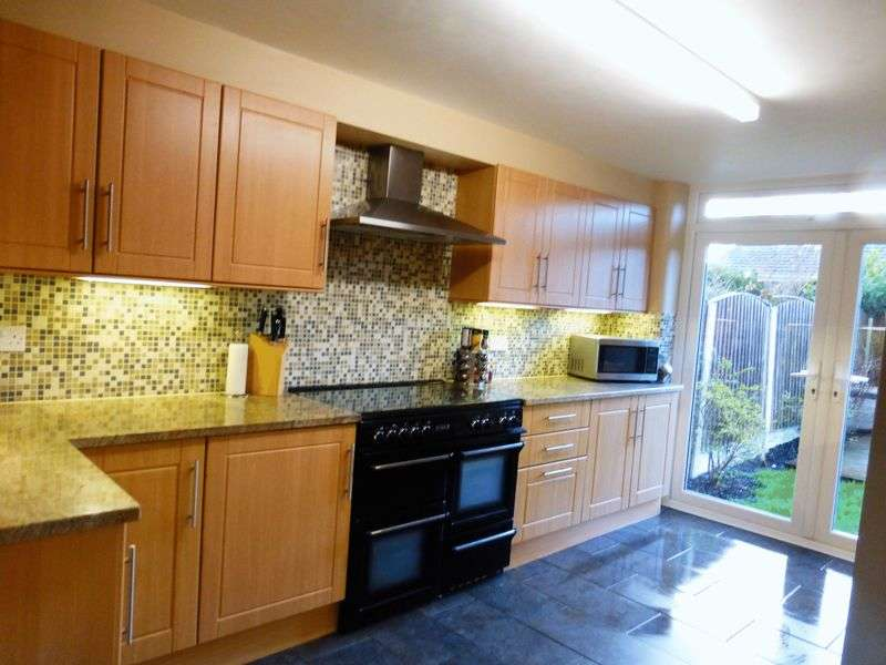 4 Bedrooms Semi Detached Bungalow for sale in Landsmoor Drive, Longton, Preston