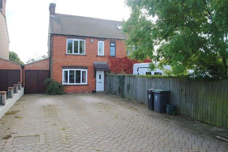 3 Bedrooms Semi Detached House for sale in Avenue Road, Rushden