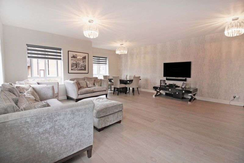 3 Bedrooms Flat for sale in Boleyn Court, Buckhurst Hill