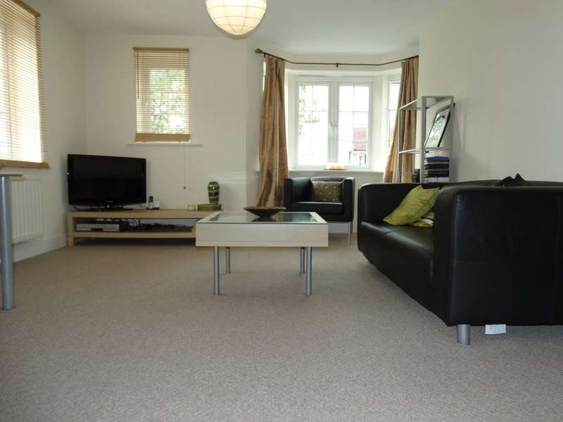 2 Bedrooms Ground Flat for sale in Foxley Drive, Catherine-De-Barnes