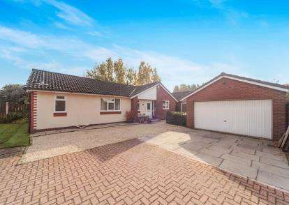 3 Bedrooms Bungalow for sale in Hawkshaw Close, Birchwood, Warrington, Cheshire