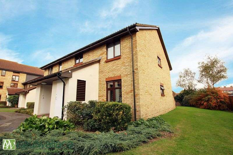 2 Bedrooms Flat for sale in King Arthur Court, Cheshunt