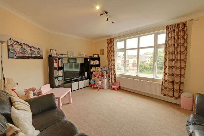 2 Bedrooms Flat for sale in Castle Parade, Ewell