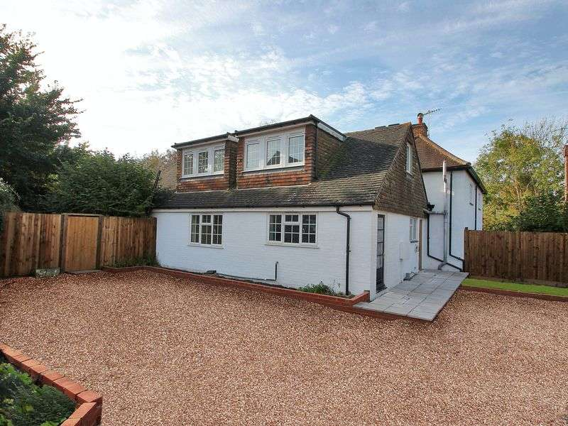3 Bedrooms Semi Detached House for sale in Maple Close, Horley,