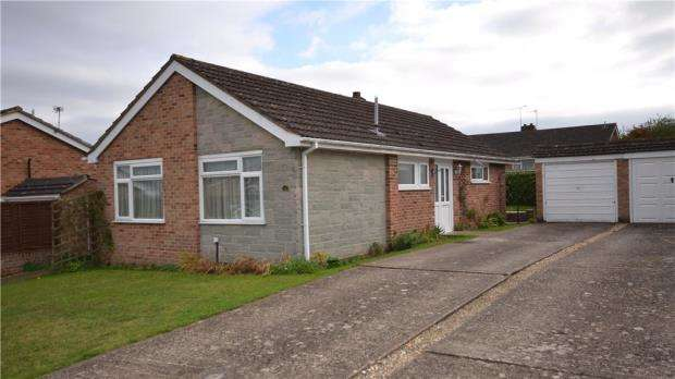 2 Bedrooms Detached Bungalow for sale in Burcot Gardens, Maidenhead, Berkshire