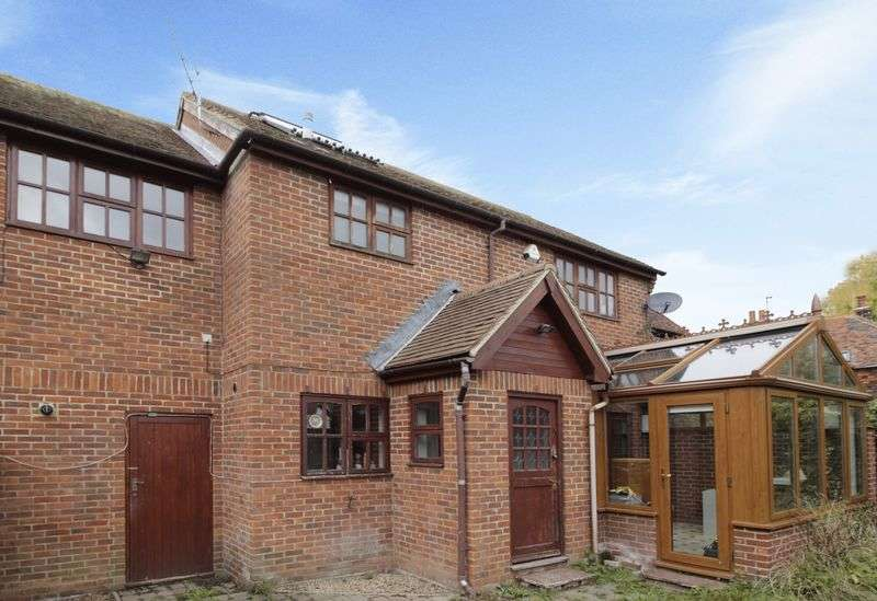 3 Bedrooms Detached House for sale in Three bedroom detached cottage in quiet tucked away location, just off High Street, Edenbridge