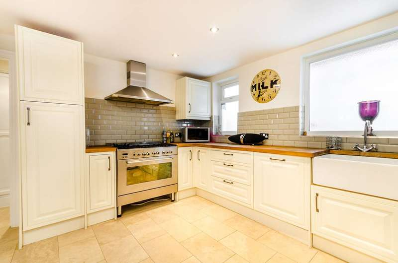 2 Bedrooms Flat for sale in Holmbush Road, Putney, SW15