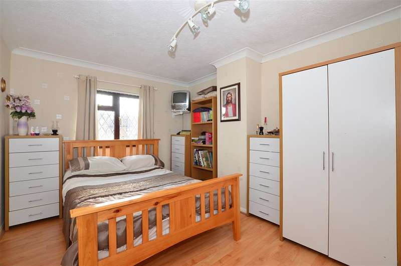 3 Bedrooms Detached House for sale in Butt Field Road, Ashford, Kent