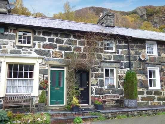 2 Bedrooms Terraced House for sale in Stryd Gwynant, Caernarfon, Gwynedd, LL55 4LY