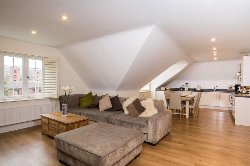 2 Bedrooms Flat for sale in Merryweather Court, 39 Croydon Road, Reigate, Surrey, RH2