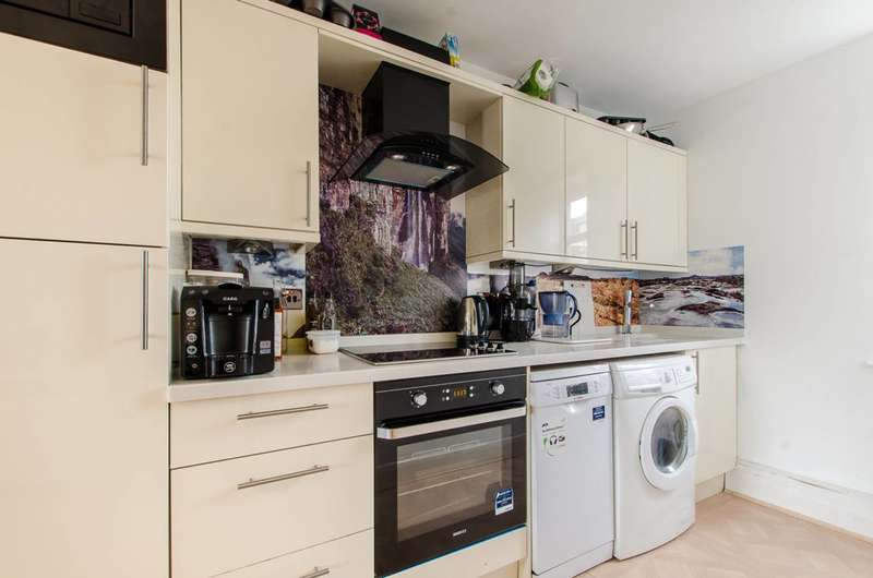 2 Bedrooms Flat for rent in Fuller Close, Bethnal Green, E2