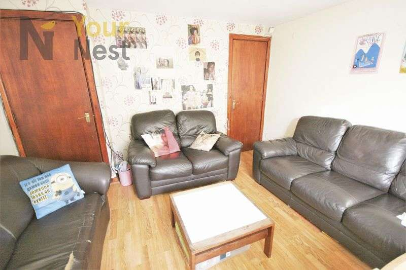 6 Bedrooms Terraced House for rent in Ashville Grove, Hyde Park, LS6 1LY