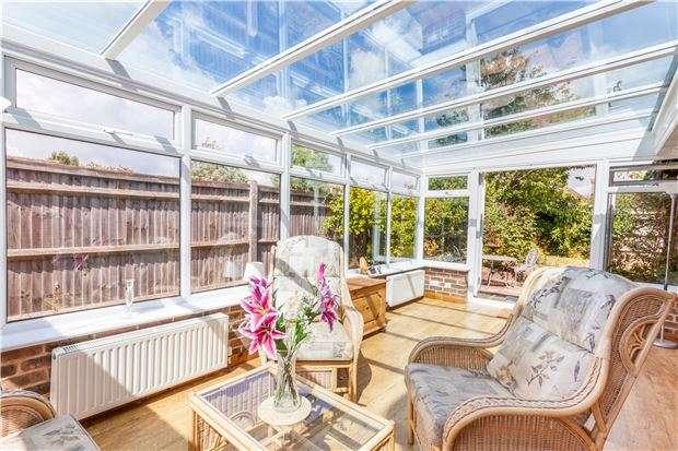 2 Bedrooms Detached Bungalow for sale in Hawks Town Gardens, HAILSHAM, East Sussex, BN27 1HU