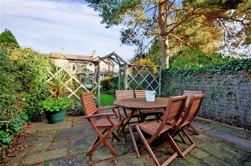 3 Bedrooms Terraced House for sale in High Road, Thornwood, Essex