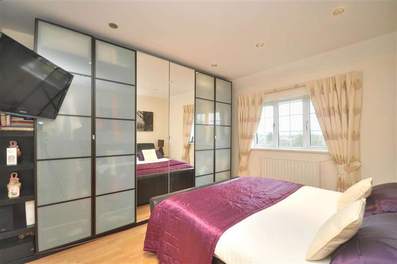 3 Bedrooms Terraced House for sale in Headley Drive, New Addington, Croydon, Surrey