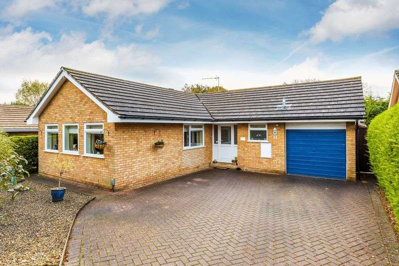 2 Bedrooms Detached Bungalow for sale in Guildford, Surrey, GU3