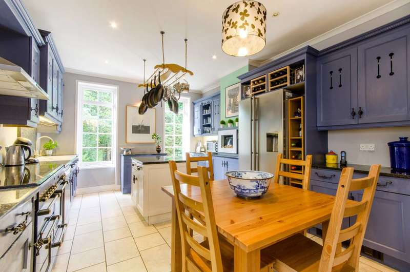 4 Bedrooms Detached House for sale in Private Road, Bush Hill Park, EN1