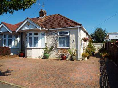 2 Bedrooms Bungalow for sale in Hainault, Essex