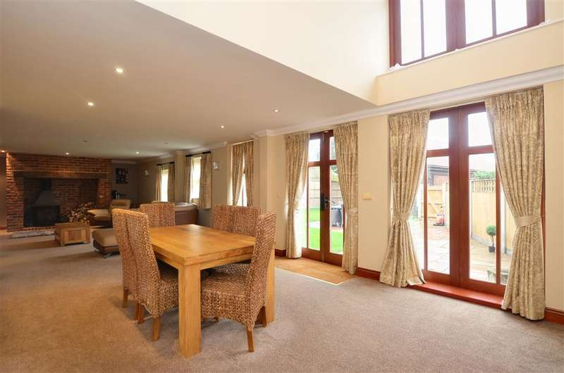 4 Bedrooms Terraced House for sale in The Courtyard, Ramsgate, Kent