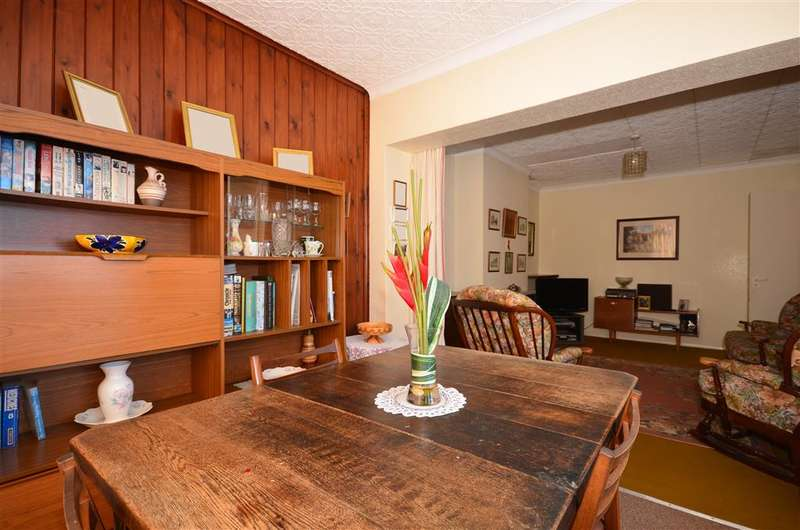 2 Bedrooms Semi Detached Bungalow for sale in Blundell Avenue, Horley, Surrey