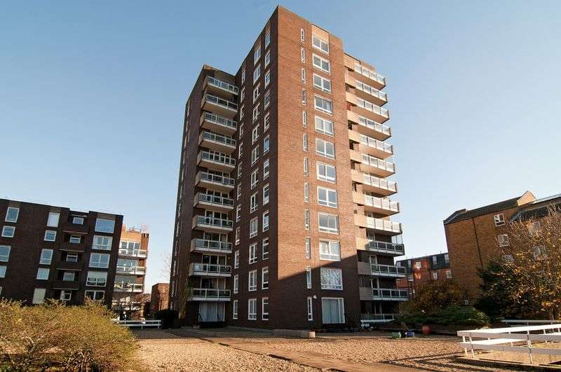 2 Bedrooms Flat for sale in Rosebank, Holyport Road, London