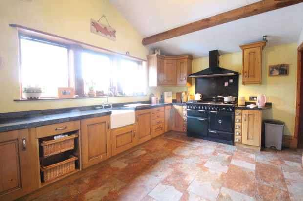 3 Bedrooms Semi Detached House for sale in Lane Head Lane, Halifax, West Yorkshire, HX2 8XW