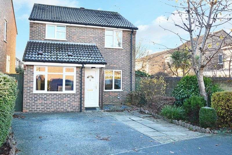 3 Bedrooms Detached House for sale in Hazelhurst Crescent, HORSHAM, West Sussex