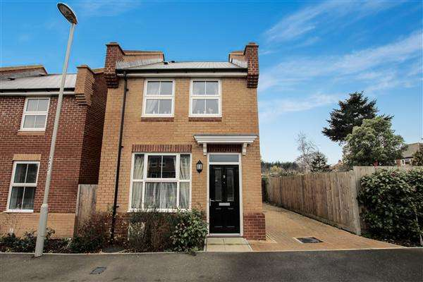 2 Bedrooms Detached House for sale in Hyde Mews, Christchurch
