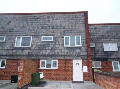 2 Bedrooms Maisonette Flat for sale in Chaucer Way, Hoddesdon, Hertfordshire