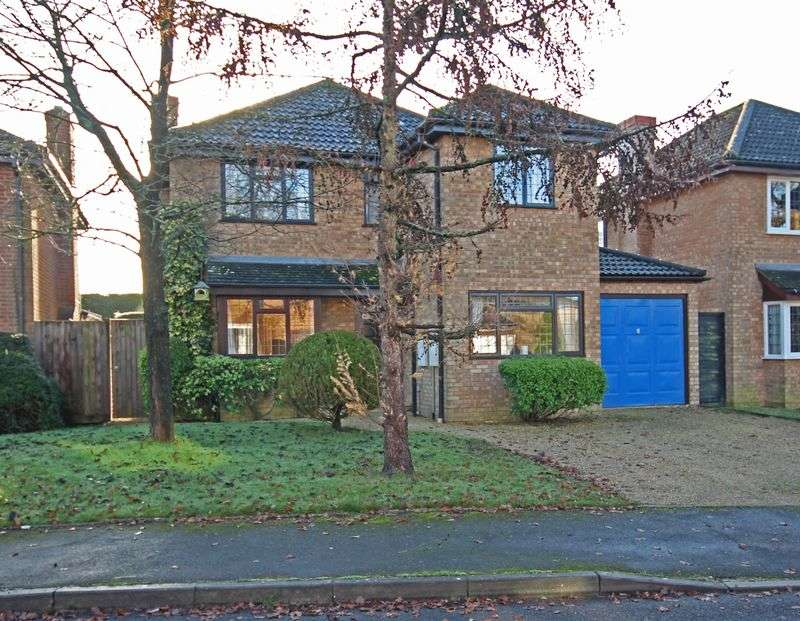 4 Bedrooms Detached House for sale in Tudor Close, Alderholt