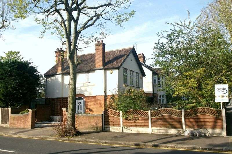 3 Bedrooms Detached House for sale in Main Road, Romford