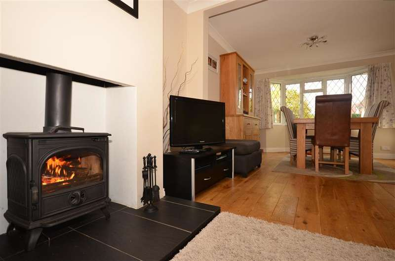 3 Bedrooms Semi Detached House for sale in Kings Mead, Smallfield, Surrey