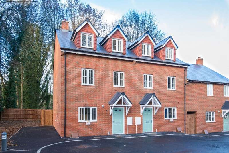 3 Bedrooms Terraced House for sale in Barn Lane, Off Cedar Avenue, Hazlemere, Buckinghamshire, HP15