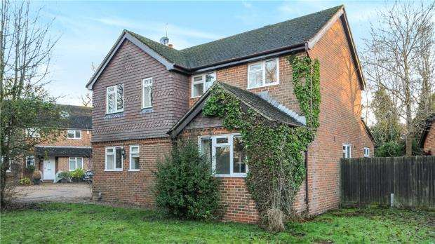 4 Bedrooms Detached House for sale in Du Maurier Close, Church Crookham, Fleet